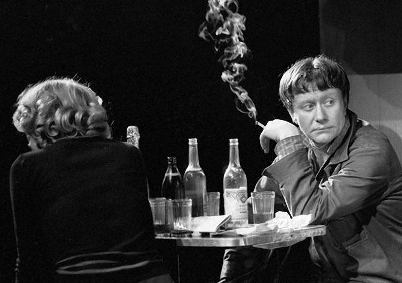 1980 год, заслуженный артист РСФСР Андрей Миронов в роли Лени Шиндина, Нина Гордиенко в роли его жены в спектакле по пьесе А. Гельмана Мы, нижеподписавшиеся.jpg