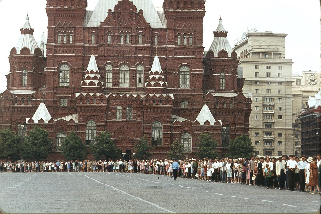 На Красной площади, Исторический музей, очередь в мавзолей Ленина