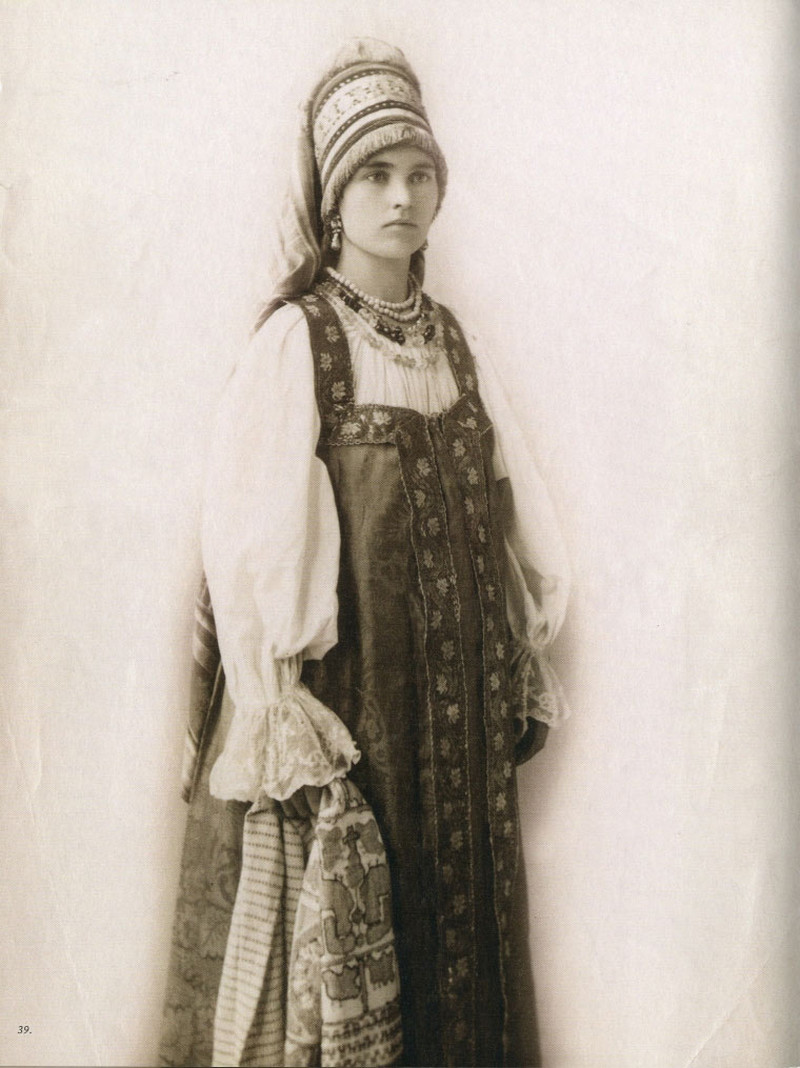 Русские девушки 19-го века в традиционных костюмах