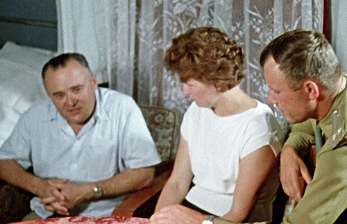 25 Сергей Королёв, Валентина Терешкова и Юрий Гагарин обсуждают грядущий полет, Байконур, 1963 год.jpg