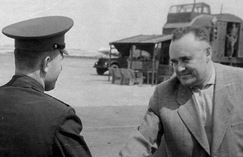 26 Юрий Гагарин и Сергей Королёв на космодроме Байконур, 1964 год.jpg