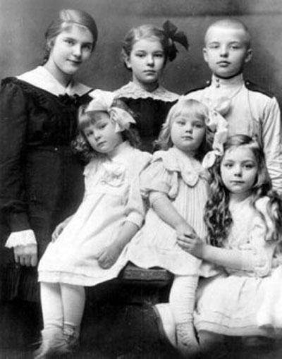 Дети Корьюс в 1914 году (слева направо): первый ряд - Милица, Таня, Аня; второй ряд- Нина, Тамара, Николай.