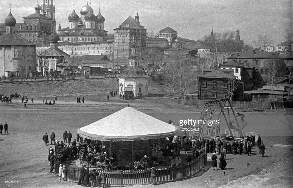 1939 Zagorsk, A swing at the Trinity-Sergievoj laurels, 12 May 1939a.jpg