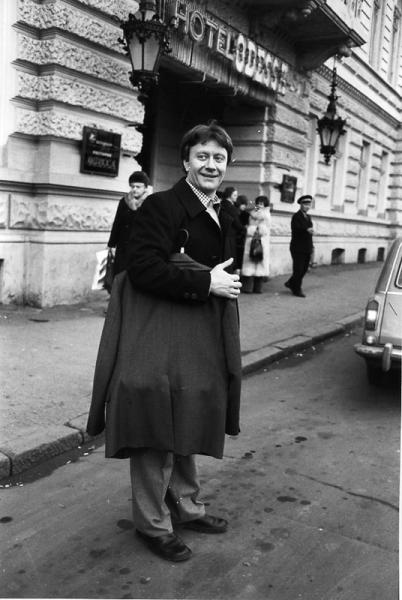Андрей Миронов на гастролях в Одессе. Автор Арутюнов Виталий, 1980.jpg
