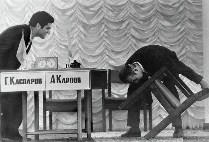 Е.Долматовский. Арбитр проверяет стул перед матчем Карпов-Каспаров, 1984 год.jpg