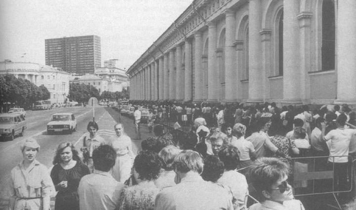 Очередь на выставку Глазунова, 1986 год.jpg