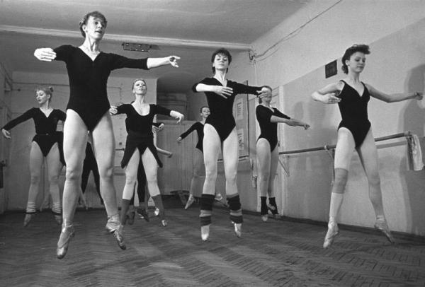 Репетиция кордебалета в старом цирке. . Автор Лазарев Леонид, 1984.jpg