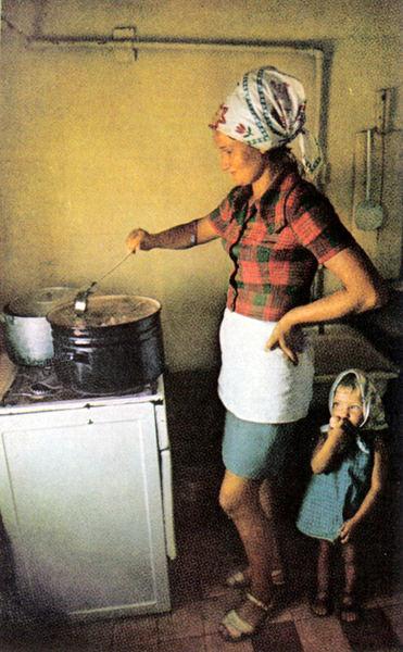 112 2 На кухне (которая находится на барже) для рыбаков готовится вкусная уха. Девочка ковыряет в носу - просто прелесть!.jpg