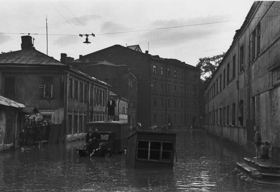 2875 Наводнение в Пожарском переулке после грозовых ливней в мае 1949 года.jpg