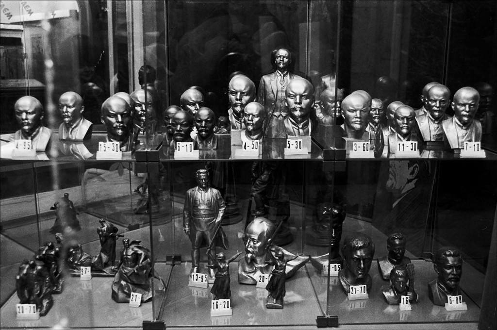 Витрина сувенирного отдела в ГУМе. Москва, 1987 год. Фото © Игорь Стомахин.jpg
