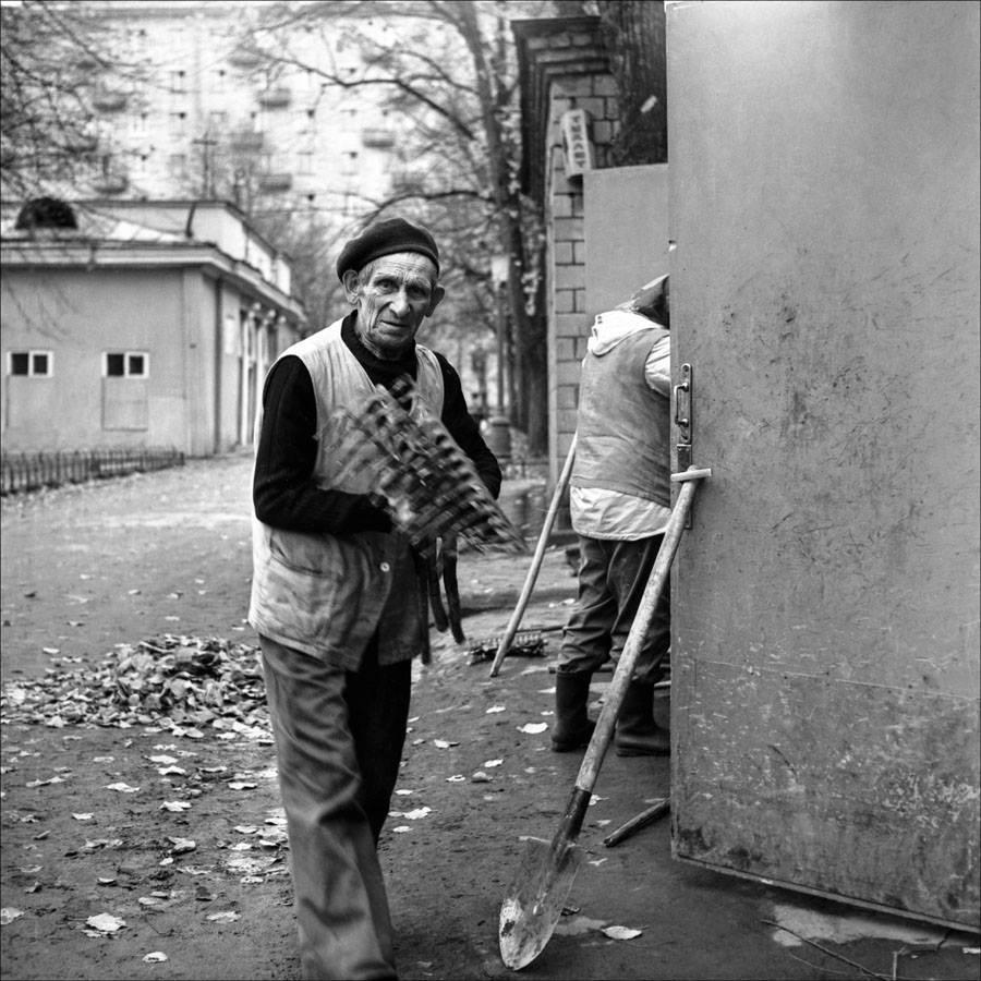 Дворники на Патриках. Москва, 1983 год. Фото © Игорь Стомахин.jpg