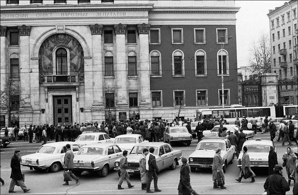 Таксисты перекрыли Тверскую улицу, требуя приватизировать таксопарки. Москва, 1991 год. Фото © Игорь Стомахин.jpg