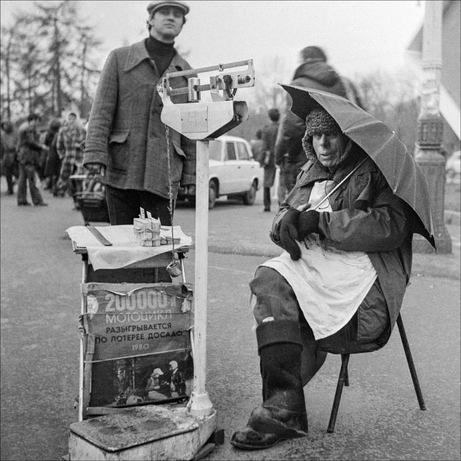 Продавец лотерейных билетов. Москва, 1980 год.jpg