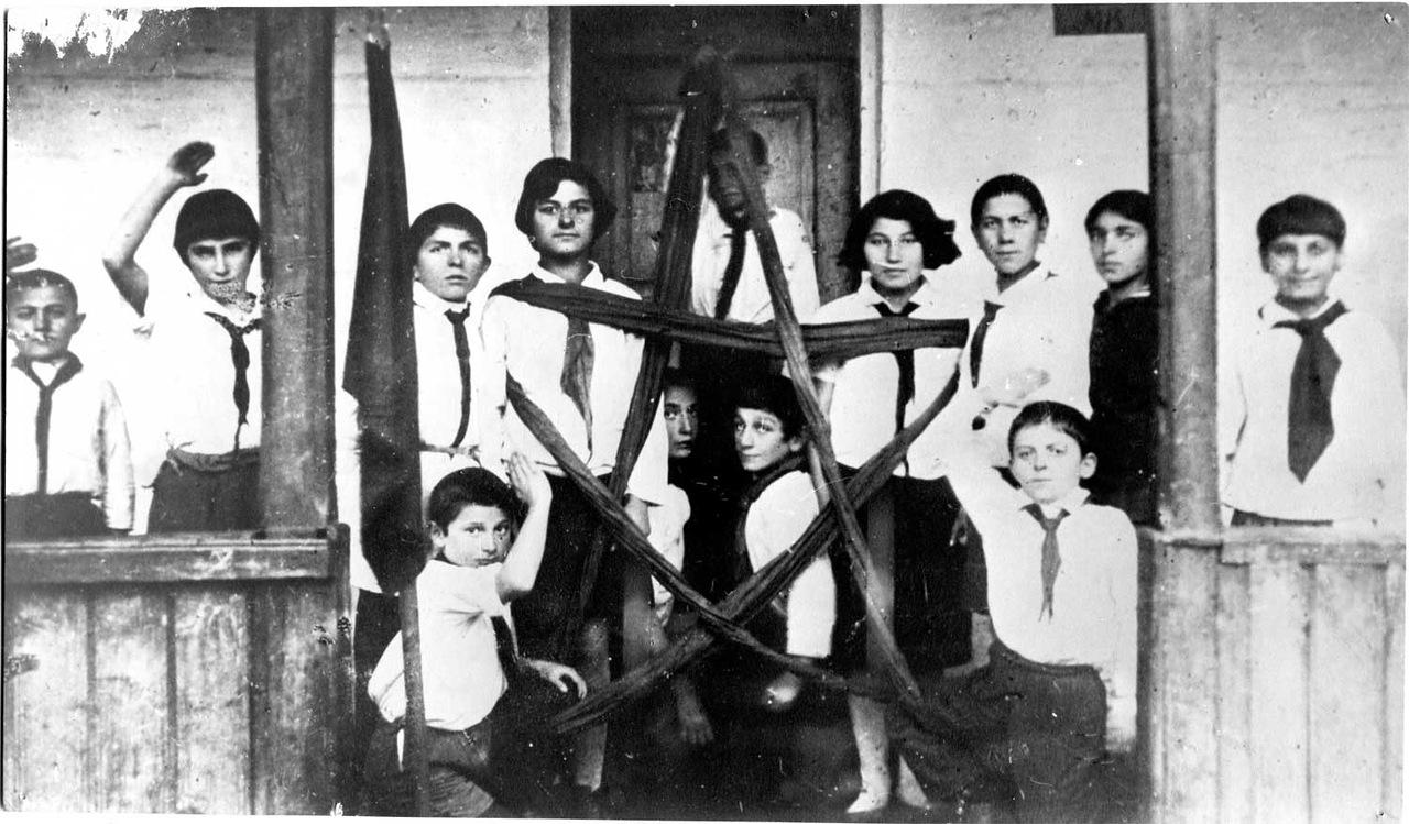 Пионерская живая газета (национальные пионерские отряды края) в армянской школе г. Ставрополя. 1924 год.