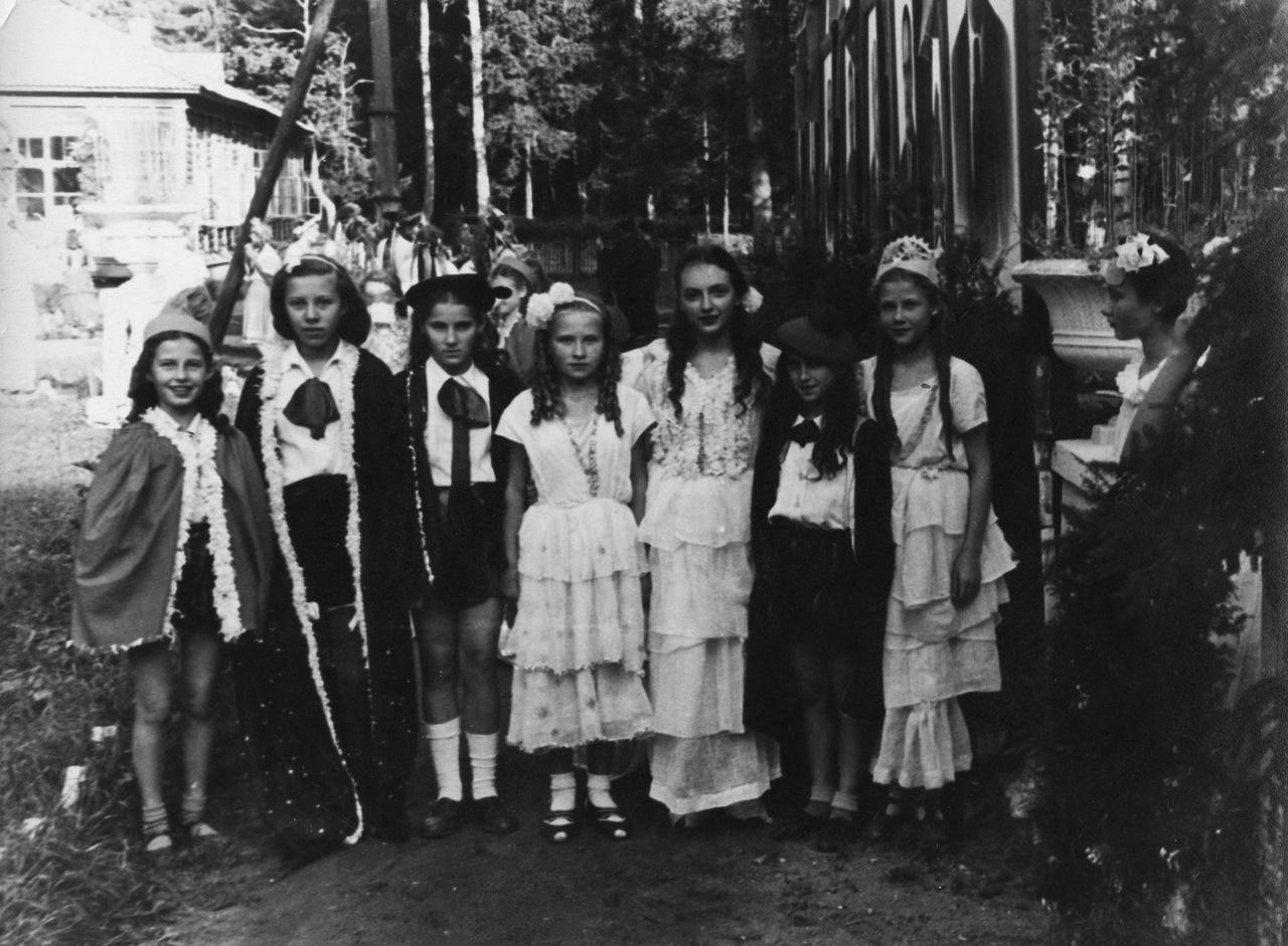 1950-е. Карнавал в пионерском лагере Ленино