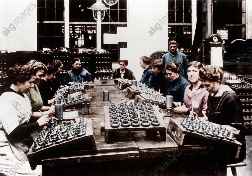 Deutschland/Frauen in dt.Rьstungsbetrieb - WWI, Germany, women in an ammunition factory / photo 1917 -