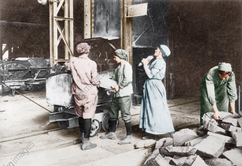Kriegswirtschaft/Frauen im Stahlwerk... - - Йconomie de guerre / Mйtallurgistes fйminines