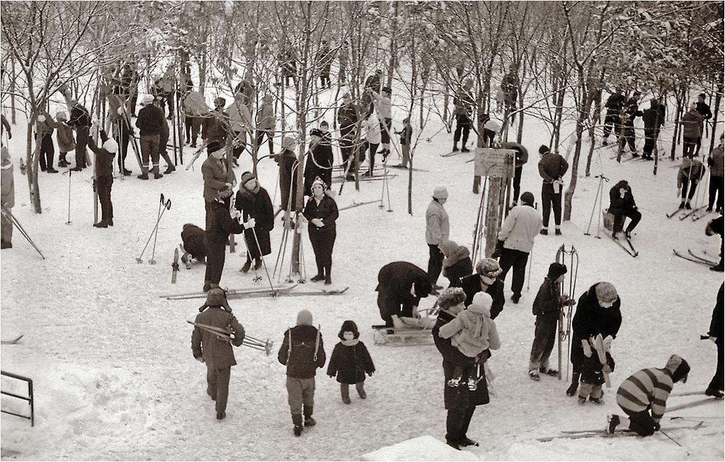 у выхода из метро Измайловская 1968.jpg
