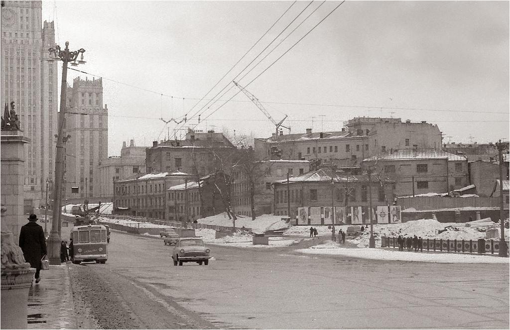 Вид на Смоленскую ул. и здание МИД с Бородинского моста 1966.jpg