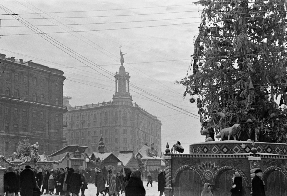 1947 A New Year's fair on Pushkinskaya Square. Гаранин.jpg