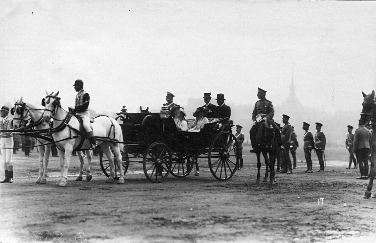 06. Цесаревич Алексей с сёстрами в коляске прибывшие к месту смотра. 28 июля 1911