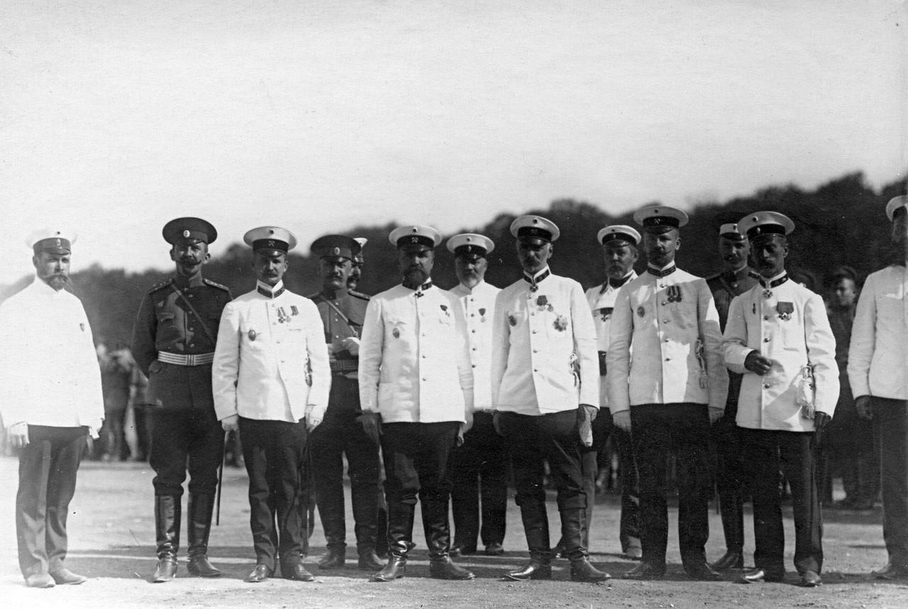 07. Группа руководителей, педагогов и командиров потешных отрядов, принимавших участие в смотре, на площади. 1 августа 1912
