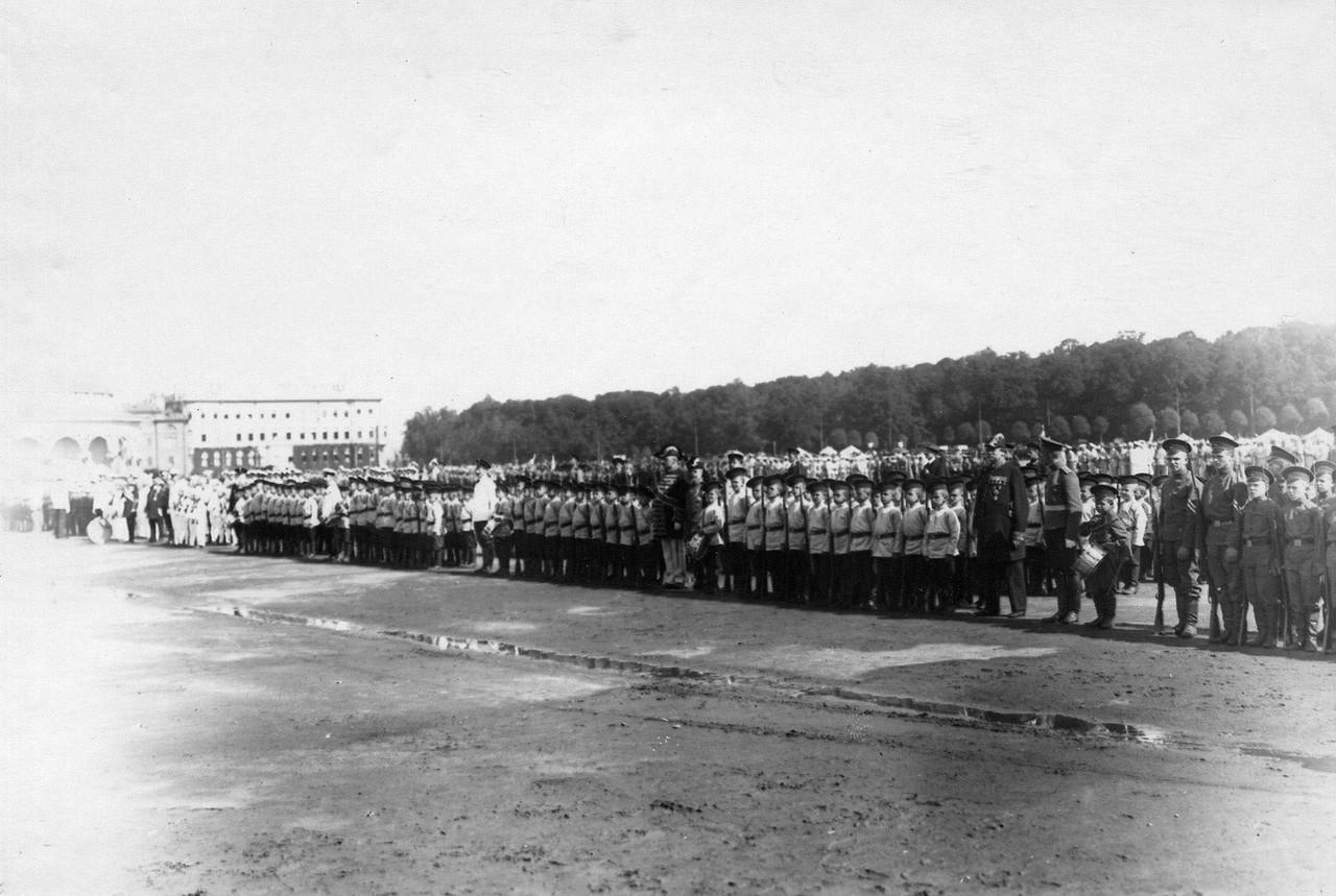 08. Потешные в торжественном строю перед началом смотра.1 августа 1912