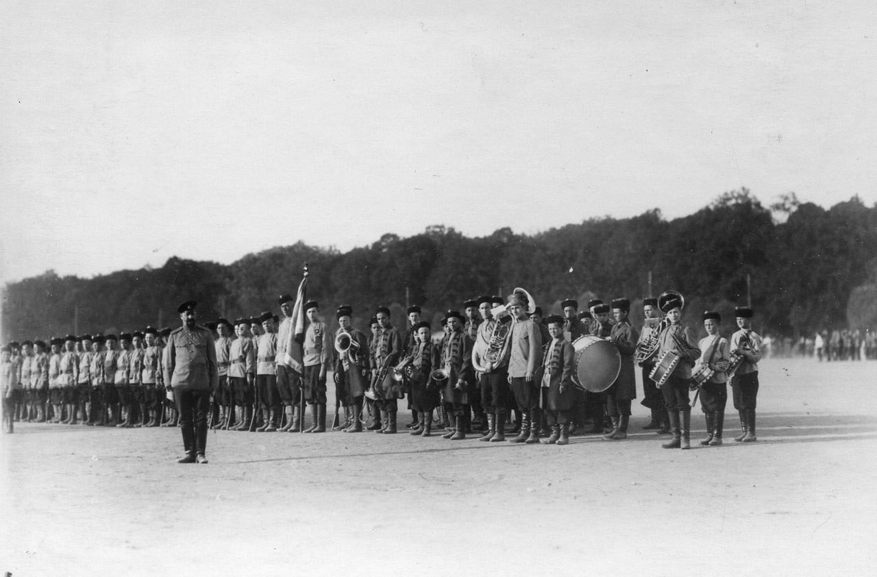 24. Потешные лейб-гвардии 4-го стрелкового полка в строю во время смотра на Марсовом поле