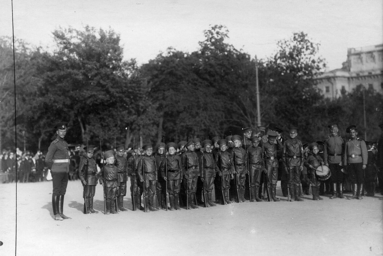 25. Потешные лейб-гвардии 4-го стрелкового полка в строю во время смотра на Марсовом поле