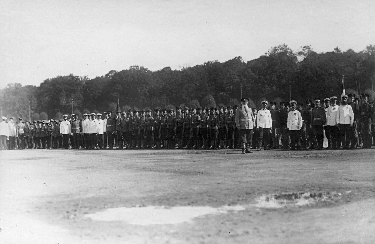 23. Группа офицеров, педагогов и потешных на Марсовом поле. 28 июля 1911