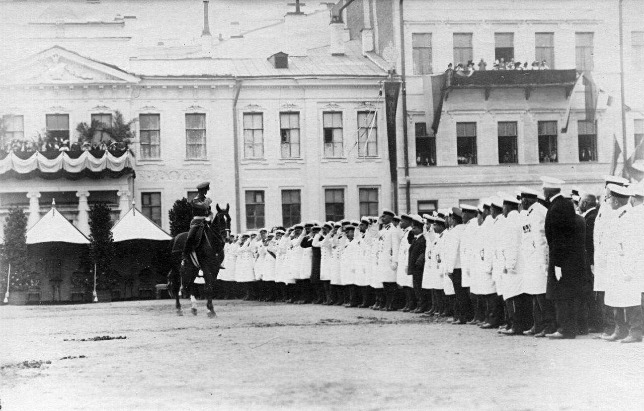 33. Император Николай II приветствует преподавателей потешных войск, учавствующих в параде