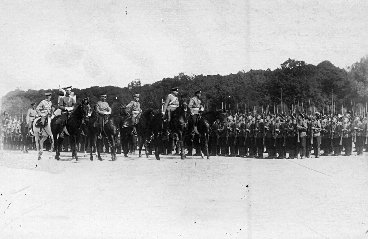 40. Император Николай II с сопровождающими его лицами объезжает строй потешных
