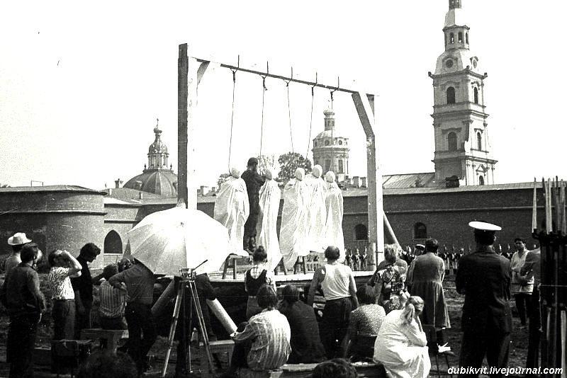 Александр Массарский вешает каскадеров вместо декабристов  в 'Звезде пленительного счастья'.1973.jpg