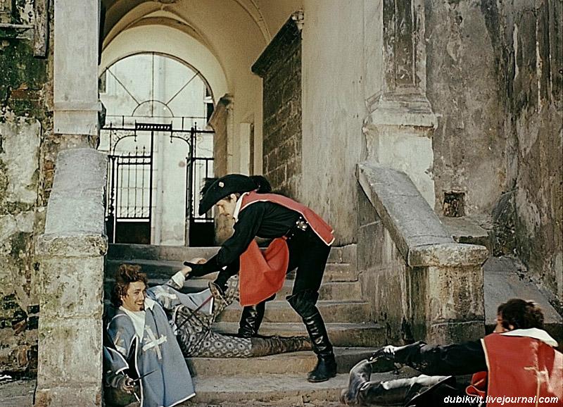 Арамис парирует укол шпагой гвардейца Ходюшина и ударяет его гардой по морде.Дубль,в котором ,спускаясь навстречу опоздавшему Ходюшину,Армис подскользнулся.Дешо.Львов. 1978.jpg
