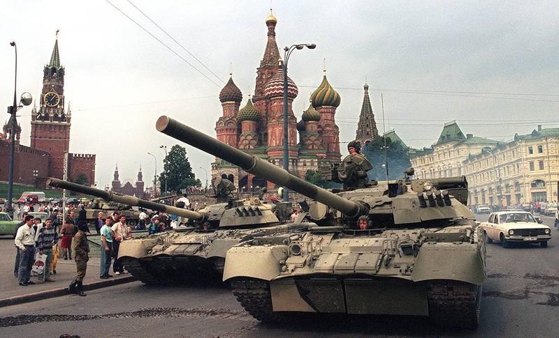 1991 август 19  танки припаркованные возле Спасских ворот.jpg
