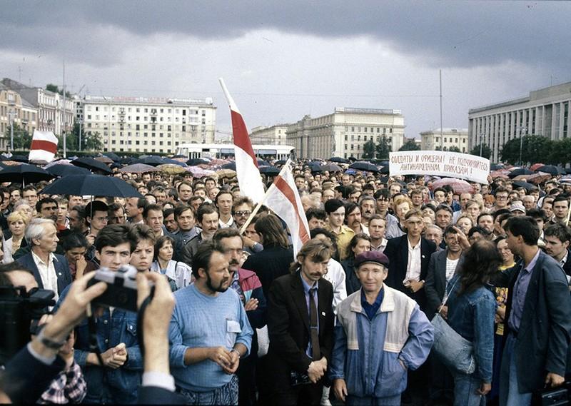 Август 1991 года. Площадь Независимости (Ленина). Манифестация против ГКЧП в Минске..jpg
