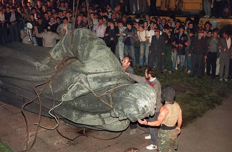 1991 август 22 Толпа смотрит на статую основателя КГБ Дзержинского Анатолий Сапроненков.jpg