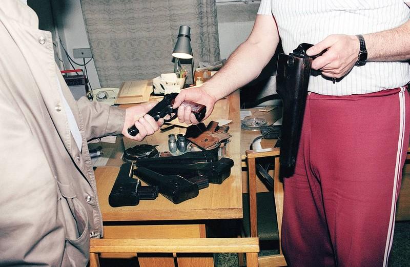 1991 август 31 Сотрудник КГБ добровольно сдает личное оружие в Вильнюсе.jpg