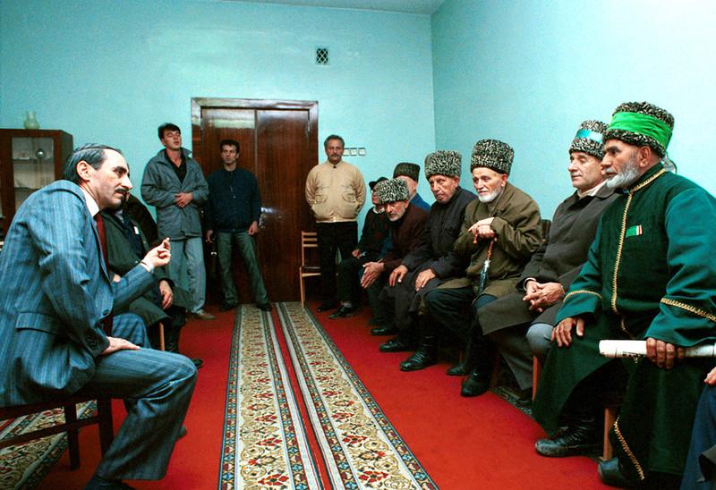 Дудаев Джохар со старейшинами,1991 год
