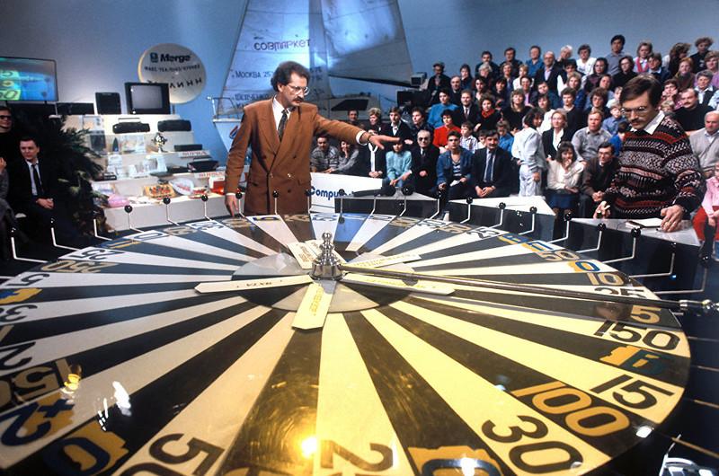 1991 Телеведущий Центрального телевидения Владислав Листьев во время телеигры капитал-шоу Поле чудес. Виталий Савельев, РИА.jpg
