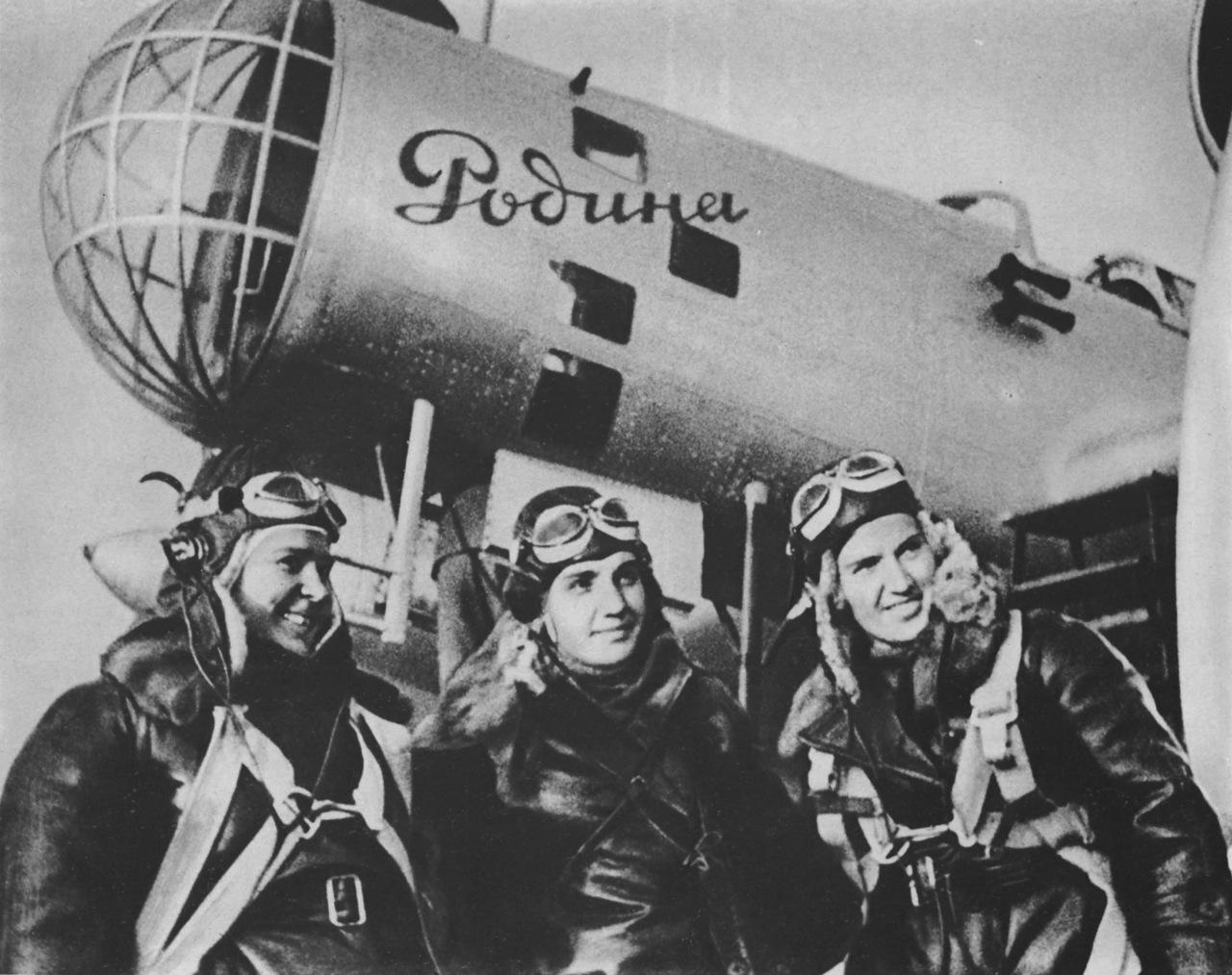 Экипаж самолета Родина, совершившего в 1938 году беспосадочный перелет из Москвы на Дальний Восток.