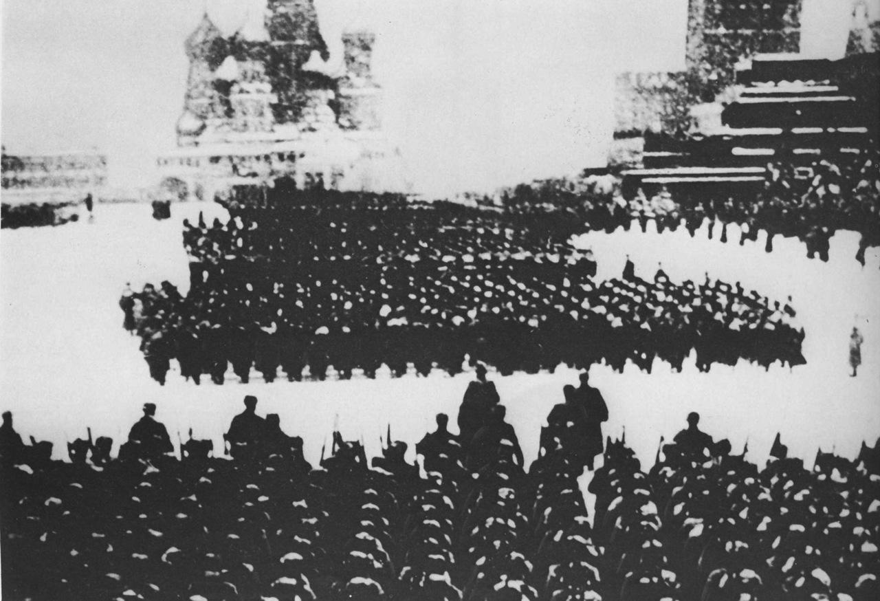 Прямо с парада войска шли на фронт.