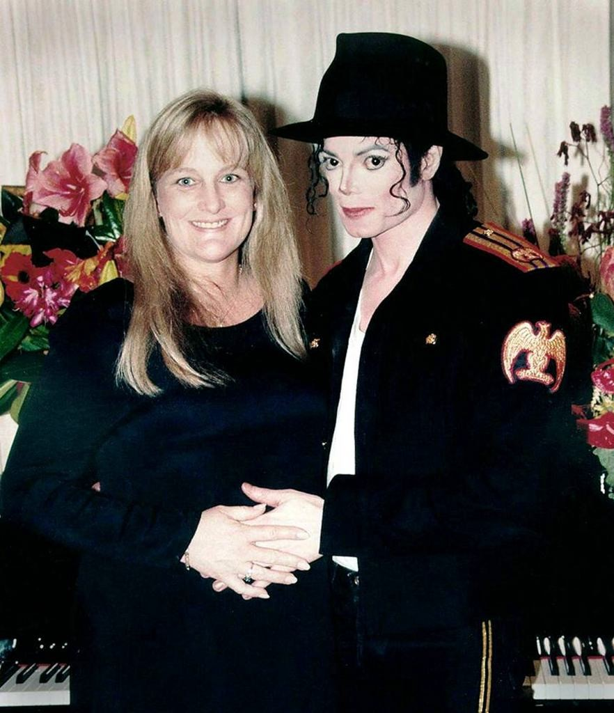 Спустя несколько месяцев после развода с Лизой Марией Пресли, Джексон женится на Дэбби Роу 13 ноября 1996 года в Сиднее, Австралия.jpg