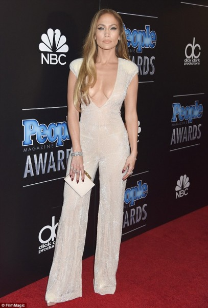 24270ABB00000578-2880060-Stunning_Jennifer_Lopez_was_all_about_putting_her_cleavage_on_di-a-6_1418962320073