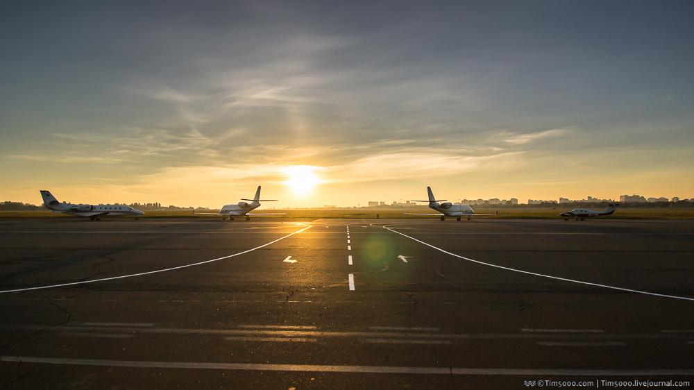 Драматичный вид стоянки самолетов