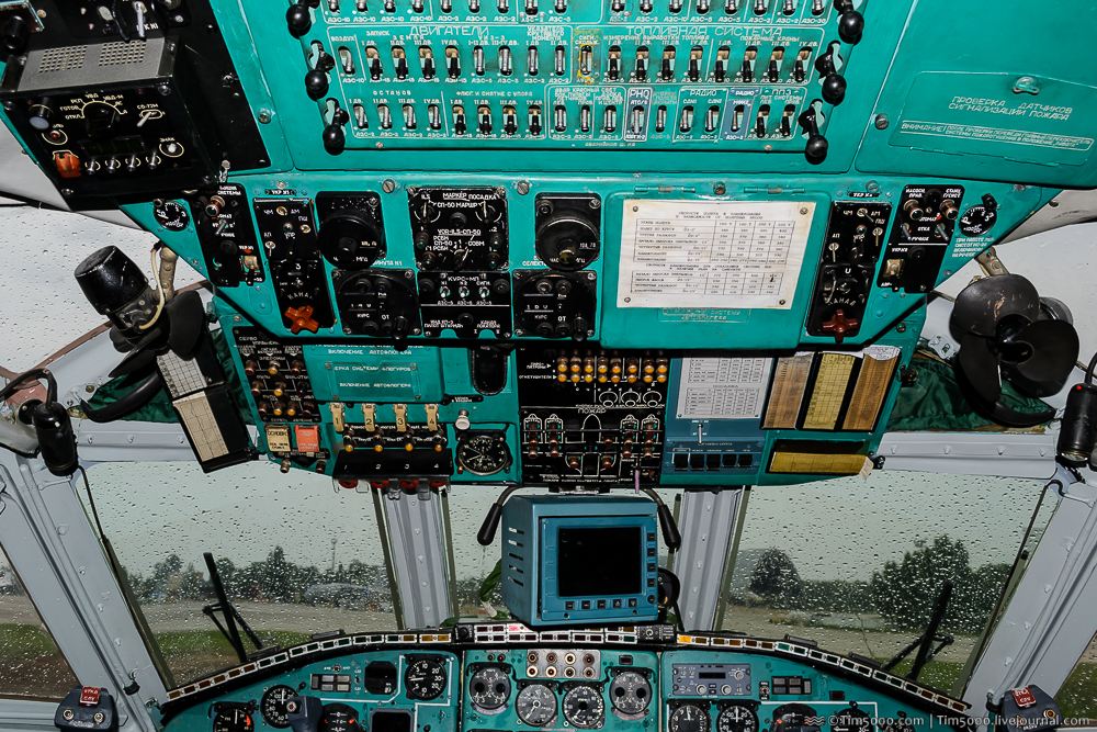 Кабина пилотов Ан-22А UR-09307