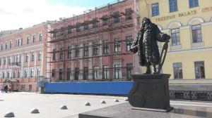 20140613 Университетская наб., дом 21 (площадь Трезини). На переднем плане памятник Трезини работы ученика Михаила Аникушина