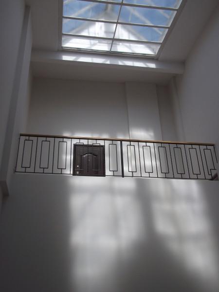 Секретный балкон над лестничным пролётом внутри здания