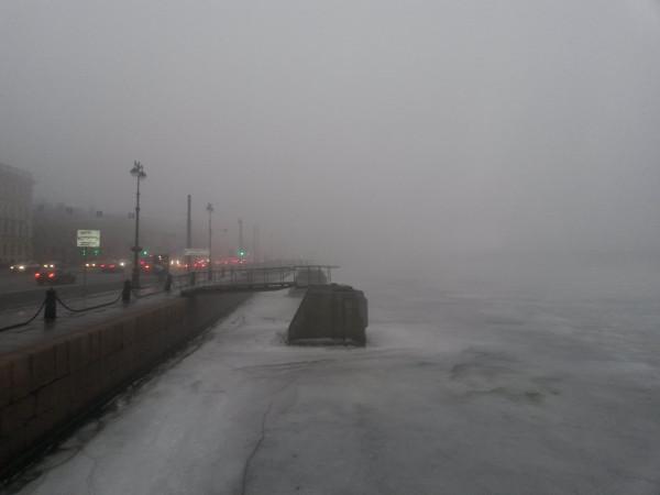 Санкт-Петербург в феврале 2015, вид с набережной лейтенанта Шмидта на Исаакиевский собор туманным утром