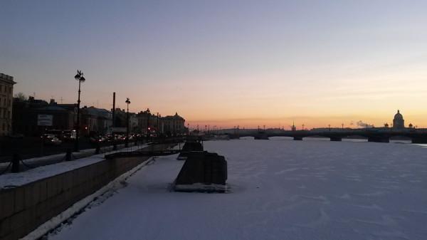 Санкт-Петербург в феврале 2015, вид с набережной лейтенанта Шмидта на Исаакиевский собор ясным утром